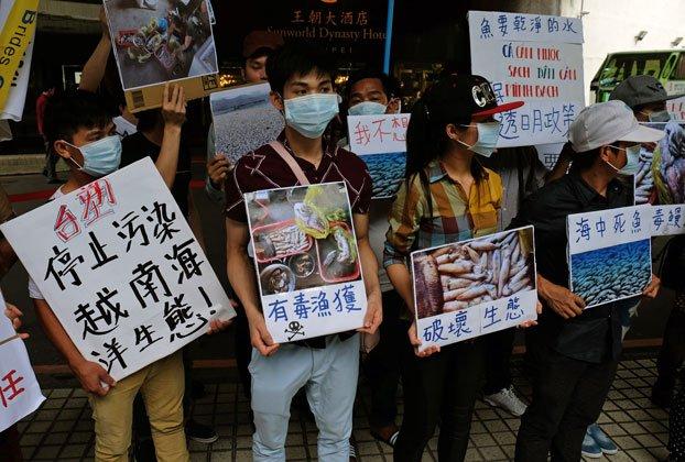 Người biểu tình trước trụ sở Công ty Formosa ở Đài Bắc